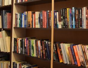 zdjęcie regału z książkami w bibliotece GCK