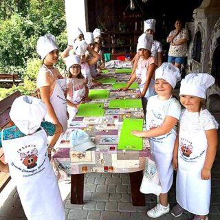 uczestnicy zajęć świetlicowych Gorlickiego Centrum Kultury podczas zajęć iwycieczek wakacyjnych
