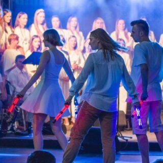 występ młodzieży zTeatru Eksperymentalnego ERGO podczas Gorlickich Dni Rodziny odbywających się nagorlickim Rynku