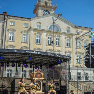 Występ zespołu tanecznego Trik nascenie znajdującej się napłycie gorlickiego Rynku