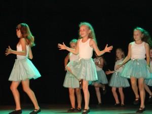 Zespół taneczny Trik podczas występu nascenie Gorlickiego Centrum Kultury