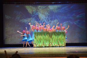 Zespół taneczny Trik podczas występu wJasielskim Domu Kultury